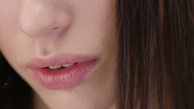 ブルネットのファッション モデルの顔のクローズ アップ。ファッションのビデオ。完璧なファッションは、顔をモデル化します。ファッションのビデオ。 - 官能点の映像素材/bロール