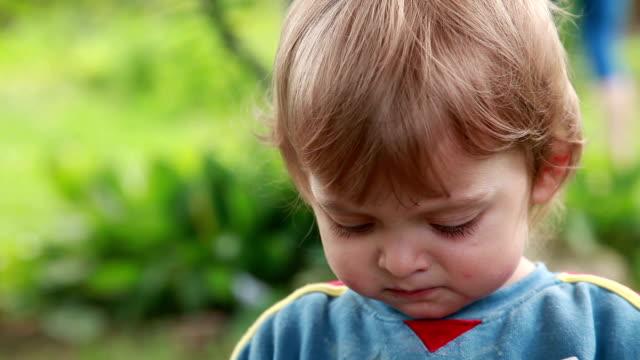 Nahaufnahme eines Kindes spuckt Essen – Video