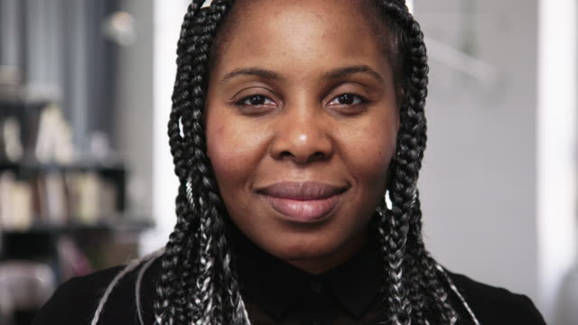 närbild av en trygg affärskvinna som står i tjänst - mellan 30 och 40 bildbanksvideor och videomaterial från bakom kulisserna