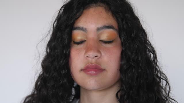 vidéos et rushes de plan rapproché d'une femme confiante avec le maquillage - 20 24 ans