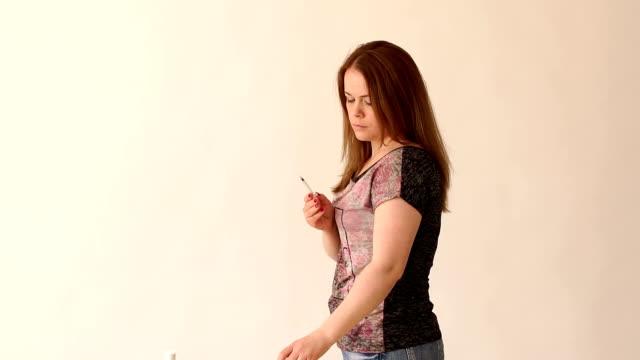 närbild av en diabetiker flicka gör sig ett skott av insulin i handen, långsam mo - injektionsspruta bildbanksvideor och videomaterial från bakom kulisserna