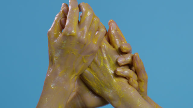 stockvideo's en b-roll-footage met close-up van een mode-models'hands gele op blauwe achtergrond schilderde. video mode. - verleiding