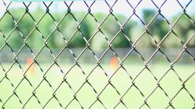 Primer plano de una valla en un campo de béisbol - vídeo