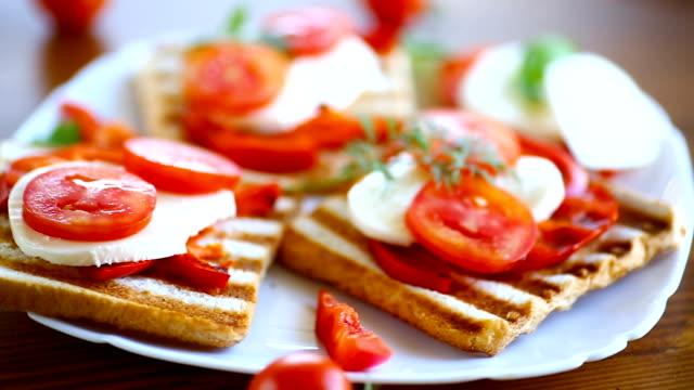 närbild av en fräsch smörgås med mozzarella, tomater - cheese sandwich bildbanksvideor och videomaterial från bakom kulisserna