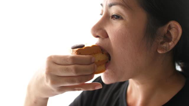 bir kız bir pasta yemeye close-up - kek dilimi stok videoları ve detay görüntü çekimi
