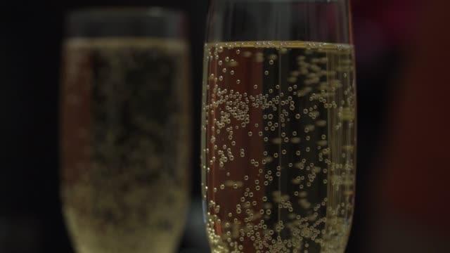 vidéos et rushes de gros plan d'une coupe de champagne avec bob des bulles - flûte à champagne