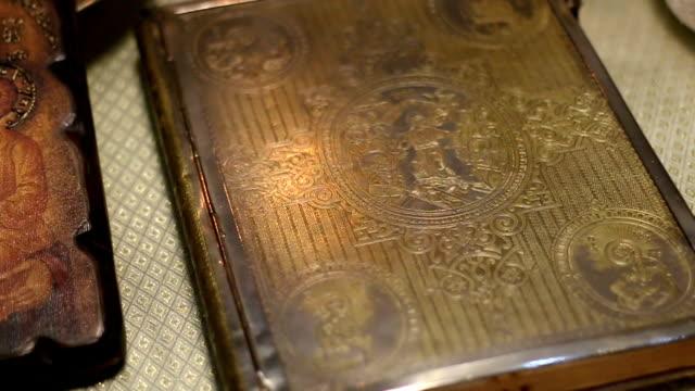 stockvideo's en b-roll-footage met close-up van een heilig boek - heilig geschrift