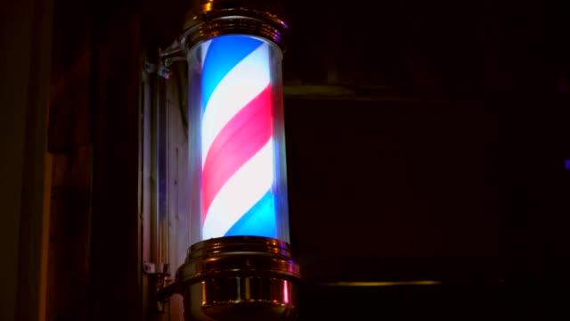 vidéos et rushes de gros plan de spinning pole éclairée barbier - salons et coiffeurs