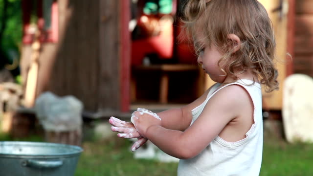 närbild av en liten flicka tvätta händer - washing hands bildbanksvideor och videomaterial från bakom kulisserna