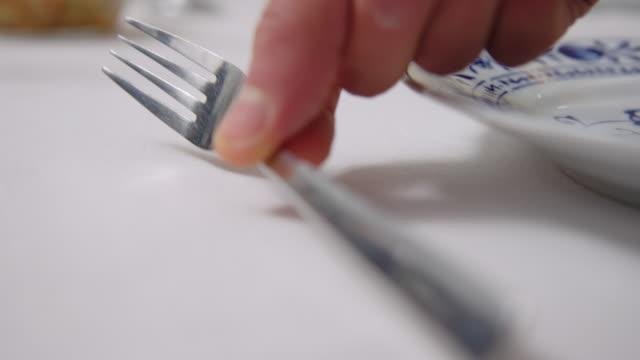 vídeos de stock e filmes b-roll de close-up of a man setting dining table at cooking class - arranjo