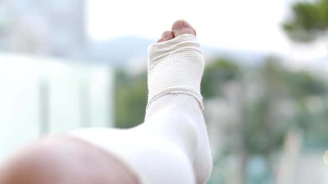 close-up of a man's bandaged leg outdoors. - rana filmów i materiałów b-roll