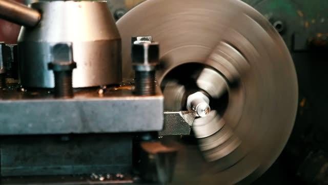 vídeos y material grabado en eventos de stock de primer plano de una viruta de acero de cáscara de cincel metálico de una varilla en la máquina de torno de estilo retro - manija