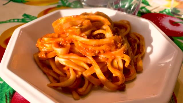 nahaufnahme einer portion fettuccine mit bolognese tomatensauce bereit zu essen. - portion stock-videos und b-roll-filmmaterial