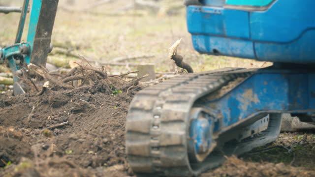 vidéos et rushes de plan rapproché d'une piste en caoutchouc d'une petite excavatrice - équipement agricole