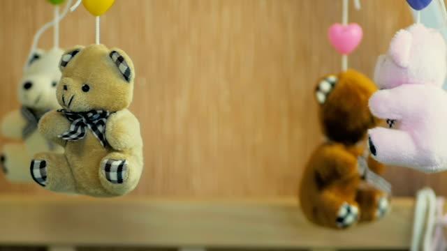 stockvideo's en b-roll-footage met close-up van een teddy beren op een carrousel van de kinderen als een symbool van de kindertijd in slow motion. - baby toy