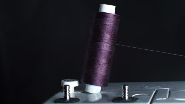 nahaufnahme einer fadenspule auf einer nähmaschine. - kurzwaren stock-videos und b-roll-filmmaterial