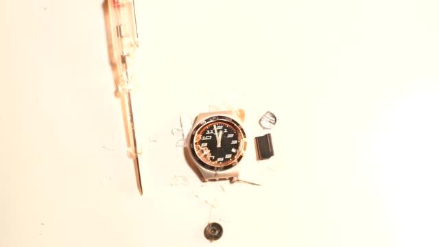 närbild av en urmakare på en vit bakgrund - ancient white background bildbanksvideor och videomaterial från bakom kulisserna