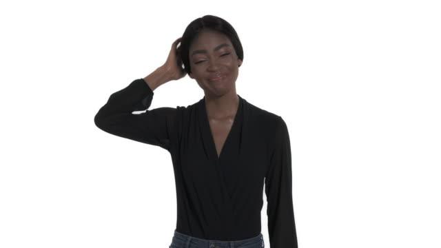 vídeos y material grabado en eventos de stock de primer plano de una mujer tocando y acariciando la nuca mientras piensa. aislado, sobre fondo blanco - posición descriptiva