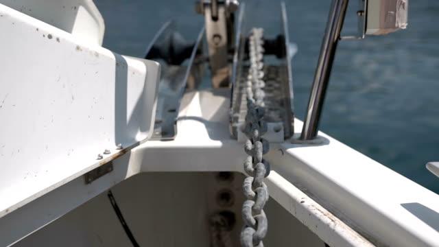 vidéos et rushes de gros plan de la chaîne d'ancrage d'un yacht - abaisser