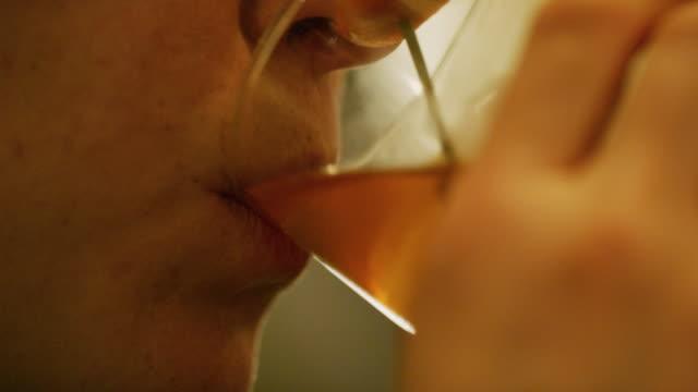 vídeos de stock, filmes e b-roll de close-up de uma jovem em seus vinte anos tomando um gole de sua bebida e olhando para cima - tea drinks