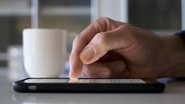 zbliżenie ekranu smartfona przewijanego ręcznie dla dorosłych - surfować po internecie filmów i materiałów b-roll