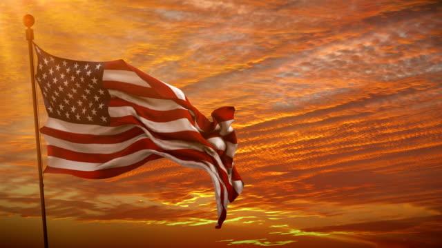 close-up do americano EUA bandeira acenando, estrelas e listras, Estados Unidos da América, ao pôr do sol - vídeo