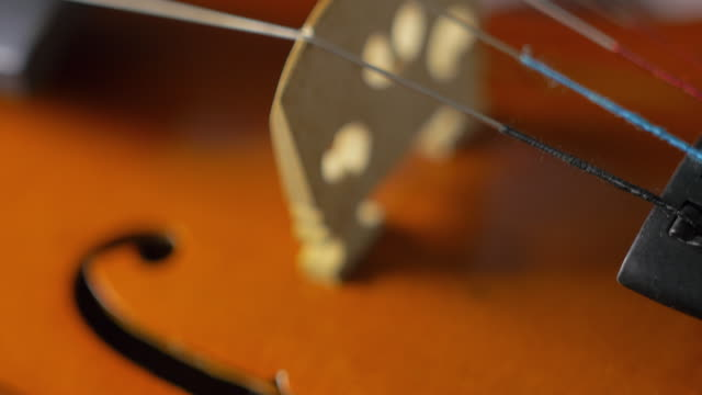 vídeos de stock e filmes b-roll de closeup of an old violin 9 - instrumental