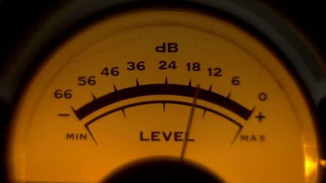 close-up of analoge volume indicator working - bobina apparecchiatura di registrazione del suono video stock e b–roll