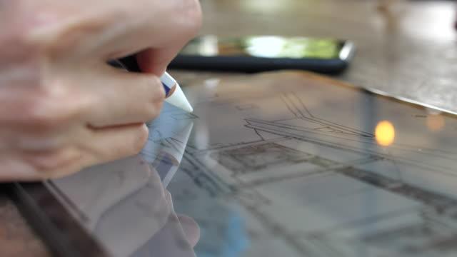 グラフィックタブレットで描画するためのデジタル鉛筆を使用した建築家のクローズアップ、クローズアップ - スケッチ点の映像素材/bロール