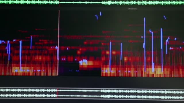 スペクトラム ・ アナライザーのサウンドの再生中にタイムラインを編集オーディオのクローズ アップ - 編集者点の映像素材/bロール