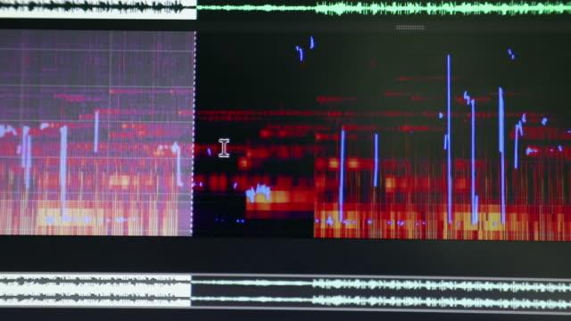 スペクトラム ・ アナライザーのパーツを選択しながらタイムラインを編集オーディオのクローズ アップ - 編集者点の映像素材/bロール