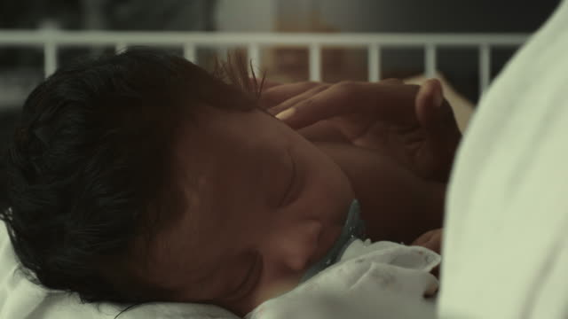 primo primo tempo del bambino che dorme - neonati maschi video stock e b–roll