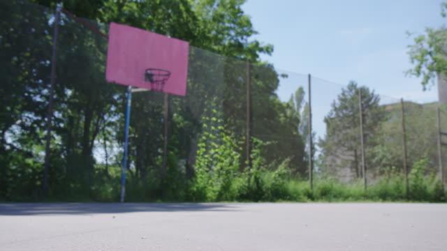 vídeos y material grabado en eventos de stock de primer plano de la pelota en la cancha de básquetbol - basketball hoop