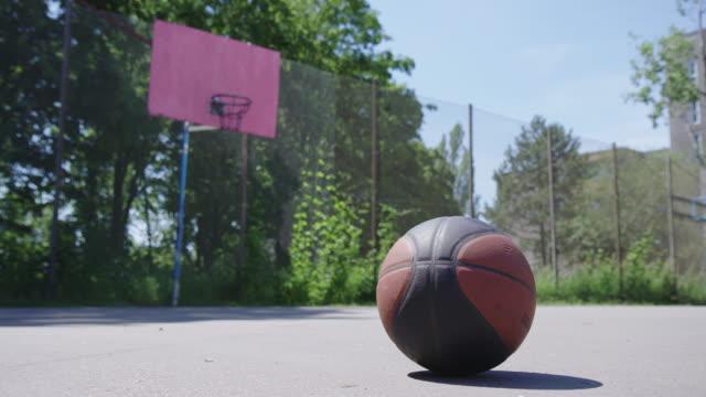 närbild av bollen på streetball court - basketboll boll bildbanksvideor och videomaterial från bakom kulisserna