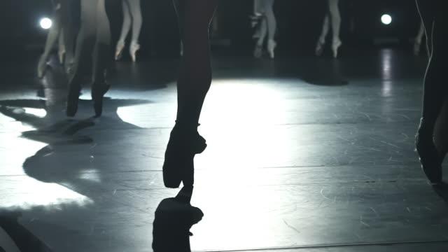 nahaufnahme von ballerinas beinen tanzen anmutige klassische performance auf der bühne spbd. füße im rampenlicht - ballettschuh stock-videos und b-roll-filmmaterial
