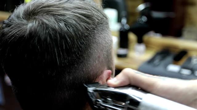 vídeos y material grabado en eventos de stock de primer plano de mano del barbero con motoguadaña. - peinado