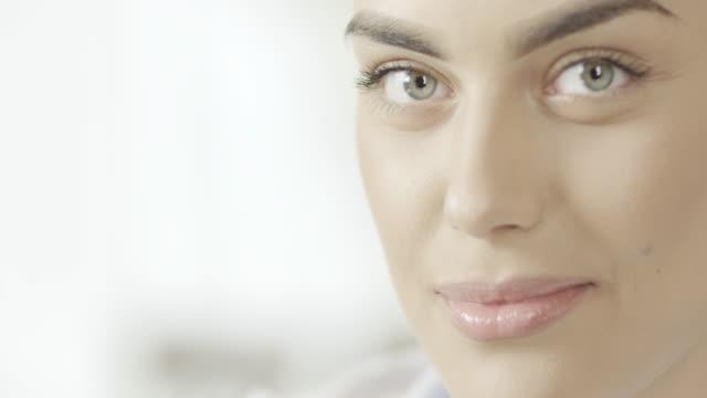vídeos de stock e filmes b-roll de close-up de mulher bonita - sobrancelha