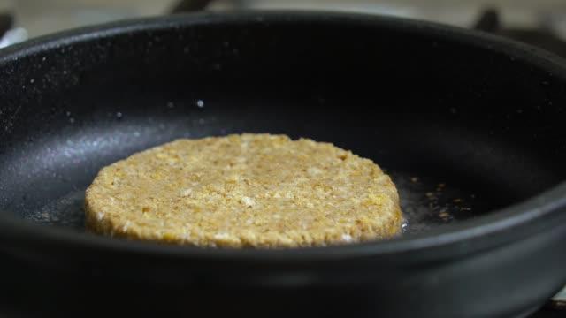 close-up of beef cutlet, for burger, fried in a pa - szpatułka przybór do gotowania filmów i materiałów b-roll