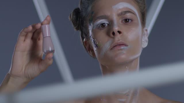 vidéos et rushes de gros plan du modèle blond haute couture dans le maquillage de scène, tenue vernis à ongles beige. mode vidéo. - crayon à lèvres