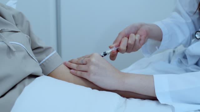 vídeos de stock, filmes e b-roll de close-up da coleta de sangue para diagnóstico de teste de amostra - vacina