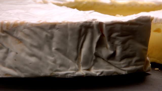 nahaufnahme von bree käse kopf mit geschnitzten sektor - brie stock-videos und b-roll-filmmaterial