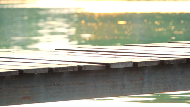 vídeos y material grabado en eventos de stock de primer plano del puente en un lago - embarcadero