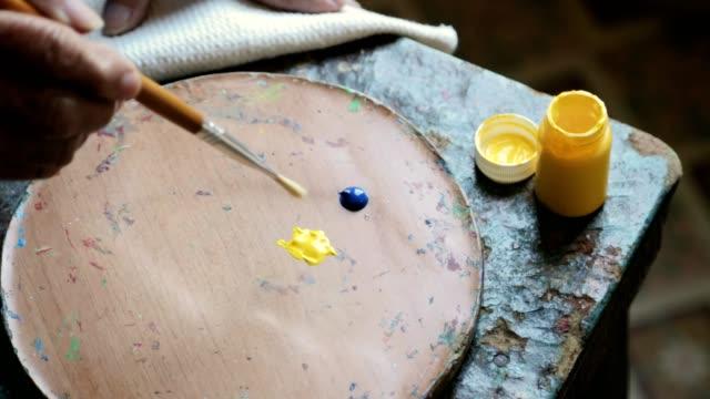 ブラシとアートの色パレットで塗料のクローズ アップ - 美術の授業点の映像素材/bロール