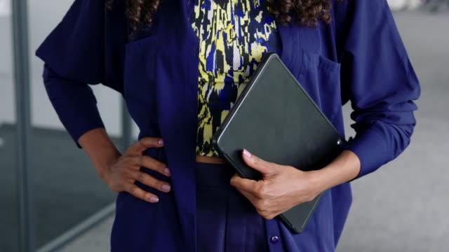 stockvideo's en b-roll-footage met close-up van zakenvrouw met een digitale tablet - handen op de heupen