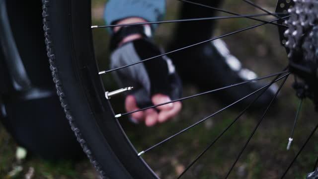 närdre av lock på en cykel, manliga händer ta bort locket från däcket - wheel black background bildbanksvideor och videomaterial från bakom kulisserna