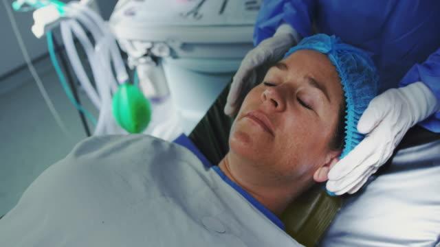 Nahaufnahme der kaukasischen schwangeren Frau auf chirurgischem Bett im Operationssaal 4k liegend – Video