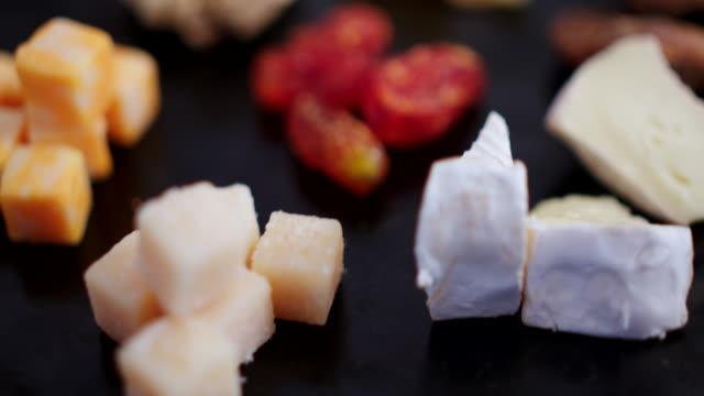 nahaufnahme von käse - brie stock-videos und b-roll-filmmaterial