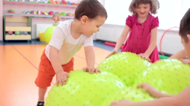 stockvideo's en b-roll-footage met close-up van kinderen hebben een puur plezier om te spelen met elkaar - ridderlijkheid