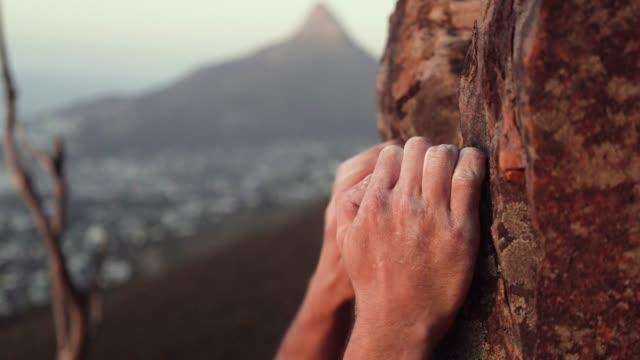 vidéos et rushes de gros plan de grimpeurs à la main préhension tout escalade - roc