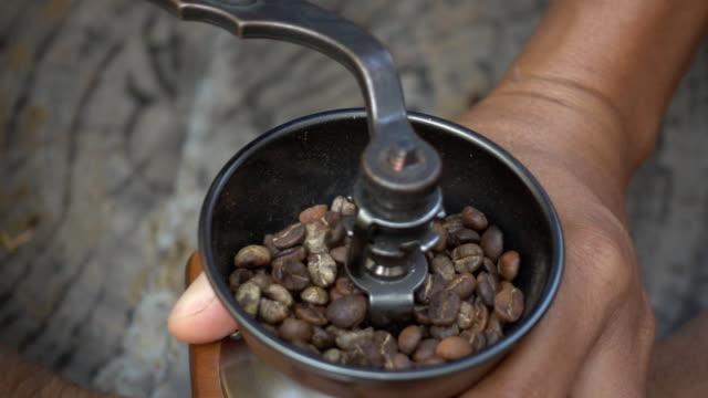 vídeos y material grabado en eventos de stock de primer plano de café esmeriladoras, cámara lenta - café negro